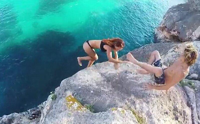 Esta pareja se ha convertido en el centro de atención luego de que saliera un video en el que una mujer intenta hacer un clavado pero al último se arrepiente y su pareja no hace nada por ayudarla.