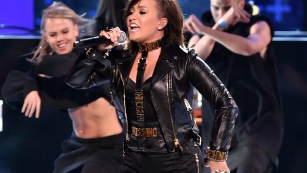 La presencia de JLo, el premio de Ariana Grande como Mejor cantante femenina y las Kardashian Jenner en el escenario se lucieron ayer por la noche en la entrega de premios.