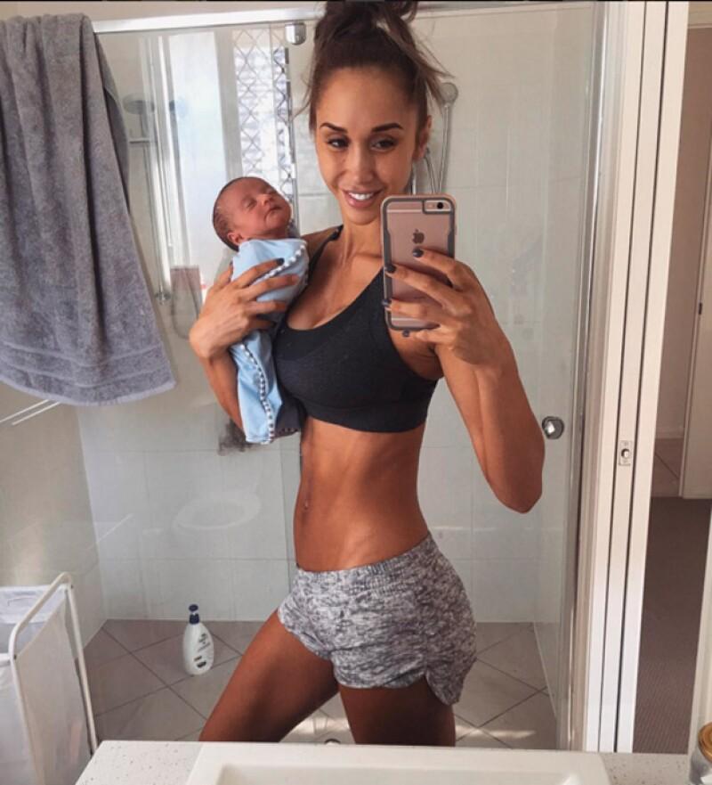 La modelo australiana, Chontel Duncan, generó polémica al publicar una foto en la que la cabecita de su hijo no estaba sostenida.