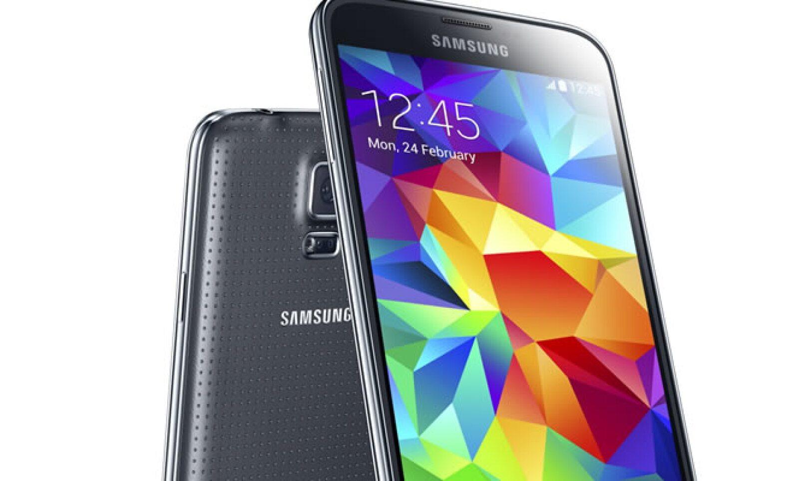 El celular pesa 145 gramos, y sus medidas son 14.2 centímetros de largo, por 7.2 de ancho y 0.8 de grosor.
