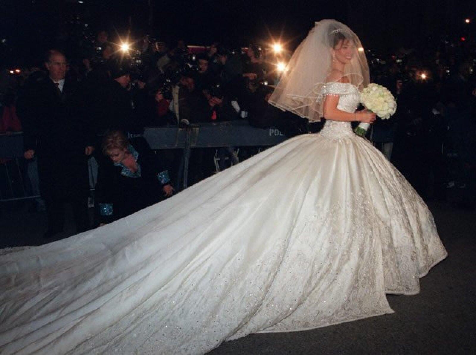 El vestido fue diseñado por Mitzy y está valuado en más de 300 mil dólares. La crinolina estaba hecha con 200 metros de tul y la extensión de la cauda era impresionante, pues 10 kilos de chaquira fueron bordados a lo largo y ancho.