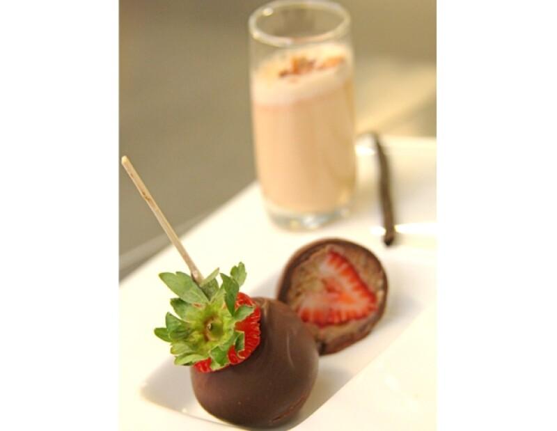 Fresas empanizadas con bizcocho y cubiertas con chocolate congelado.