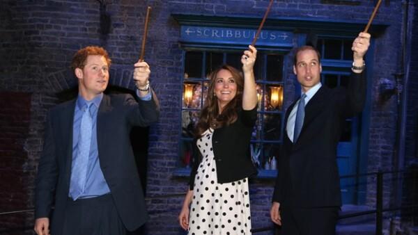 El trío acudió a los estudios Warner Bros en Hertfordshire, donde convivieron con con gente de todas las edades. Los royals se divirtieron con los trajes de dicho filme y también de `Batman´.