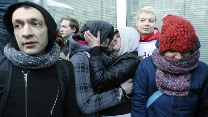 mujeres rusas se besan en una protesta