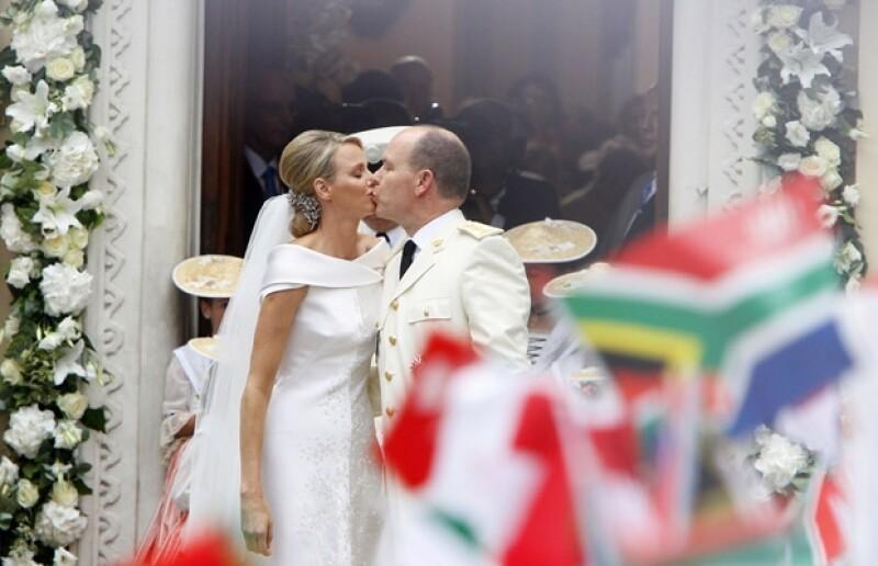 La pareja a su salida de su boda religiosa.