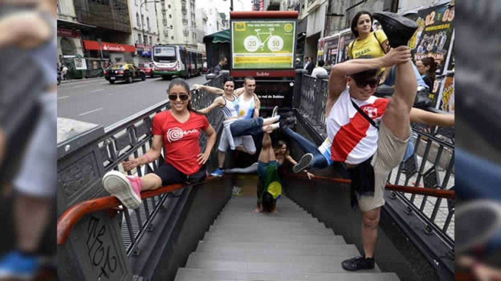 demostracion de pole dance en el metro