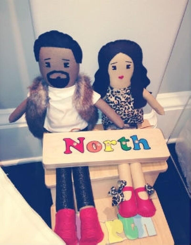 Khloé Kardashian dio a conocer que su sobrina recibió unos regalos muy especiales y personalizados, se tratan de muñecos diseñados a imagen de la pequeña North, Kanye y Kim.