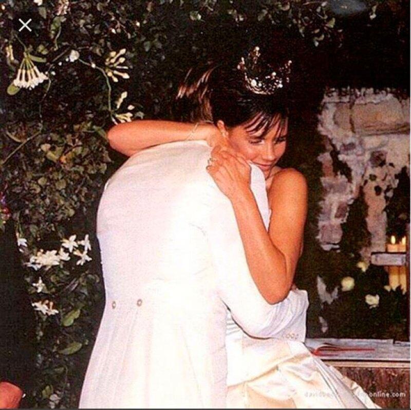 Los Beckham se casaron en el castillo de Luttrellstown en Irlanda. Victoria lució un diseño de Vera Wang, que se convirtió en el modelo más imitado ese año.