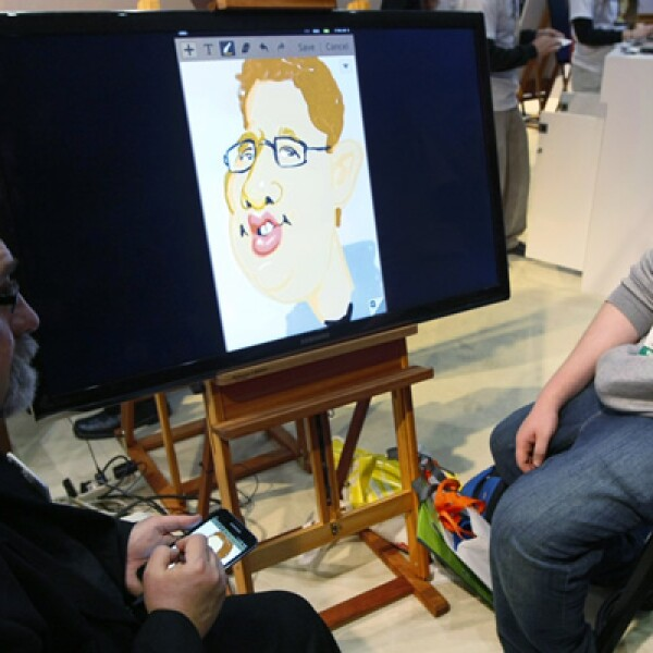 Un artista crea una caricatura de un visitante en un dispositivo Samsung Galaxy Note.