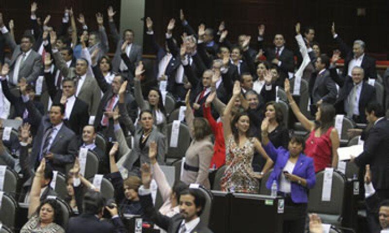 En la sesión de este viernes, legisladores de izquierda protestaron en contra del dictamen. (Foto: Notimex)