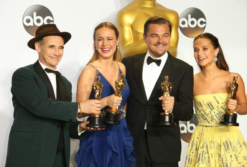La actriz posó con el resto de los actores ganadores del Oscar.