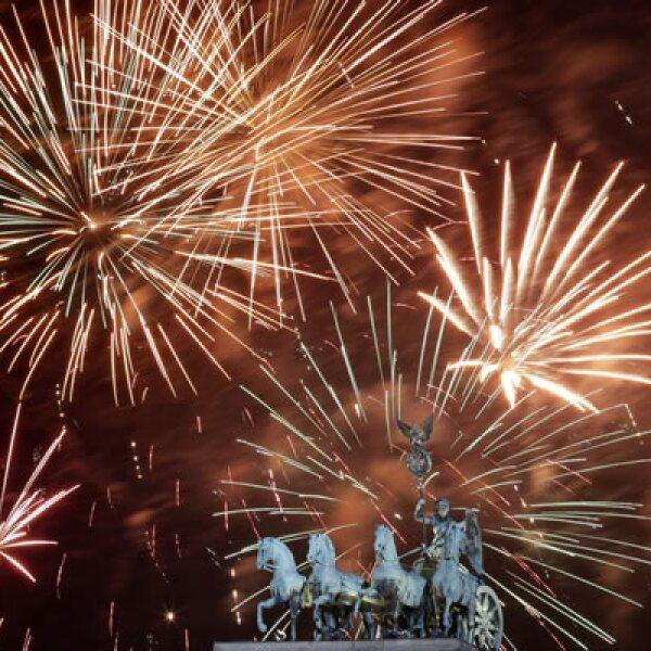 Fuegos artificiales explotan en la fiesta realizada en la puerta de Brandemburgo en Berlín.