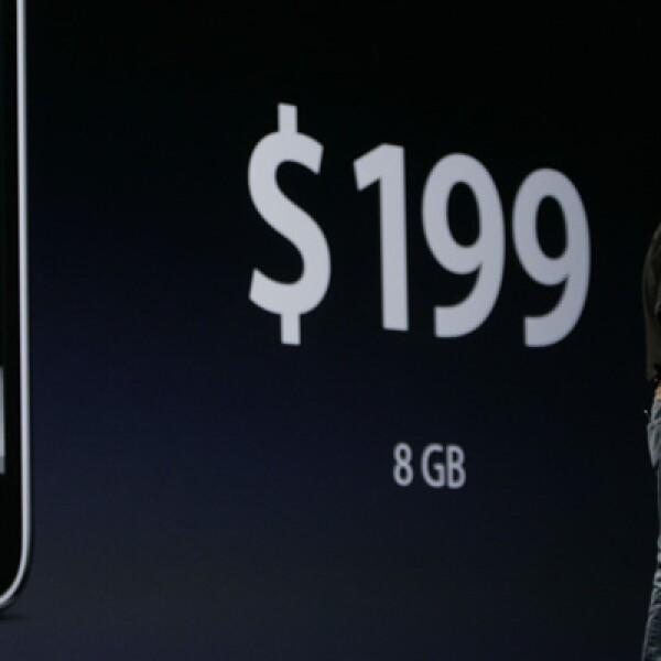 El siguiente modelo que comercializó Apple, el iPhone 3G, tuvo algunas mejoras en su diseño, pero el cambio más radical fue su reducción de precio, que se fijó a partir de 199 dólares.