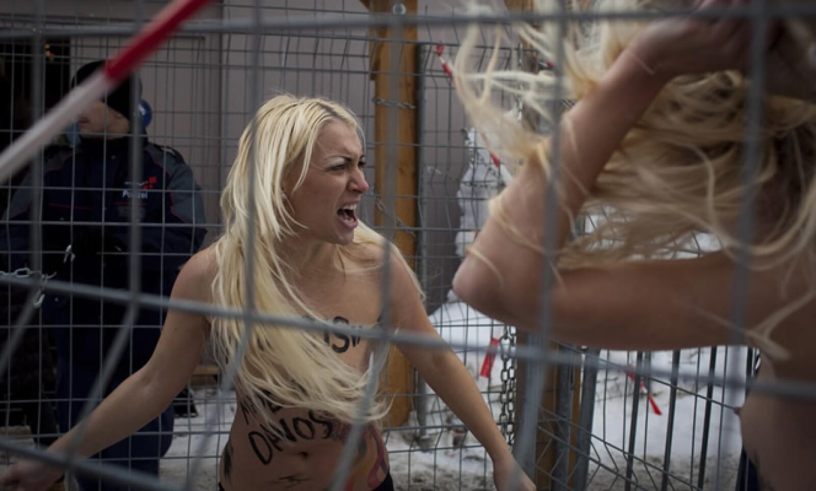 Las mujeres pertenecen al grupo Femen, que se ha vuelto popular en Ucrania por organizar pequeñas protestas de personas semidesnudas con el fin de destacar diversos temas.