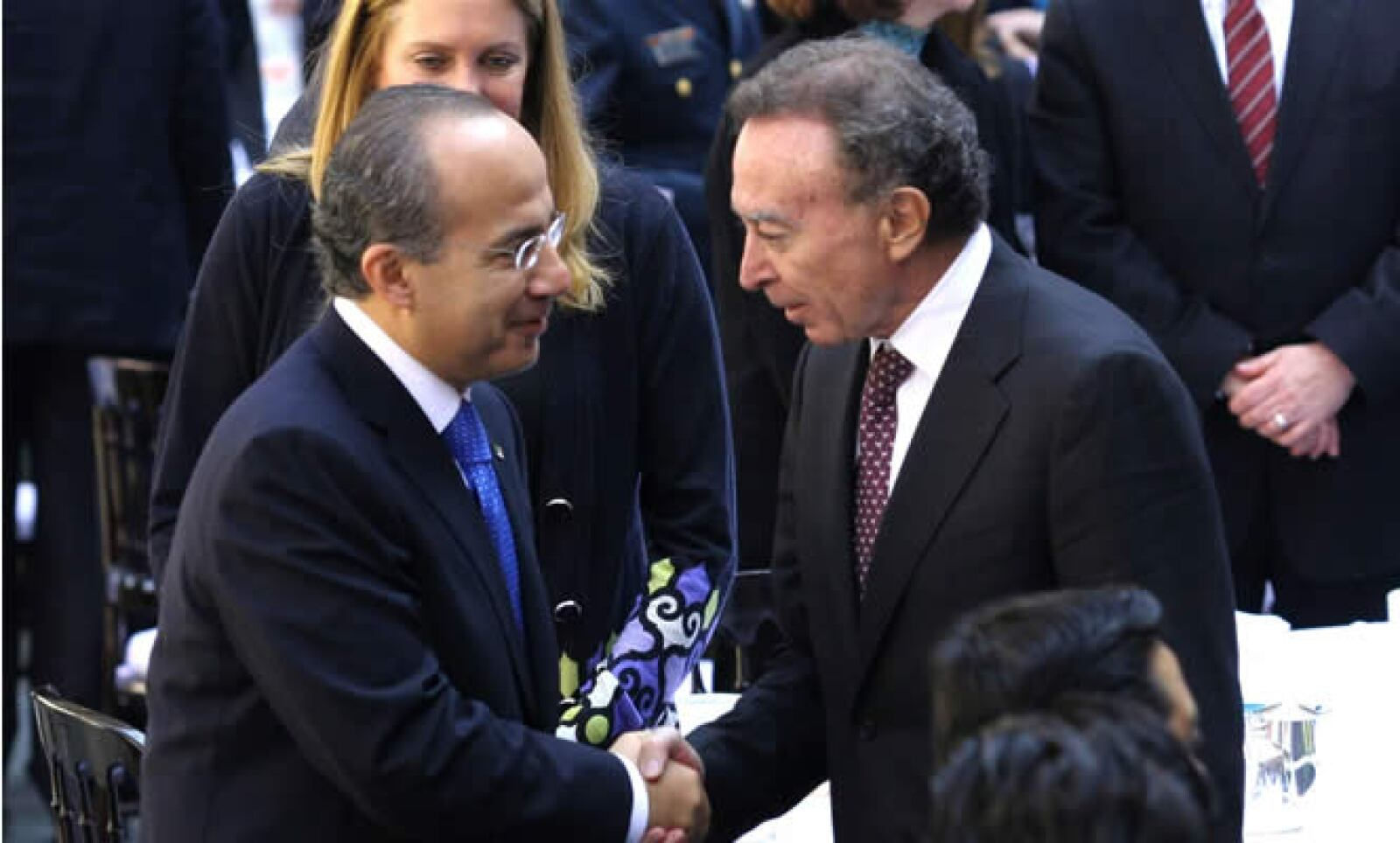 La presidencia del Banco de México está en el limbo, Calderón propuso al actual Secretario de Hacienda, Agustín Carstens; el periodo de Guillermo Ortíz termina el 31 de diciembre.