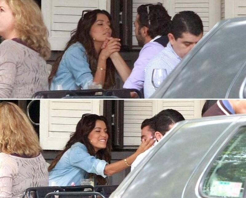 La pareja se veía contenta. Intercambiaban caricias y se hacían gestos graciosos el uno al otro.