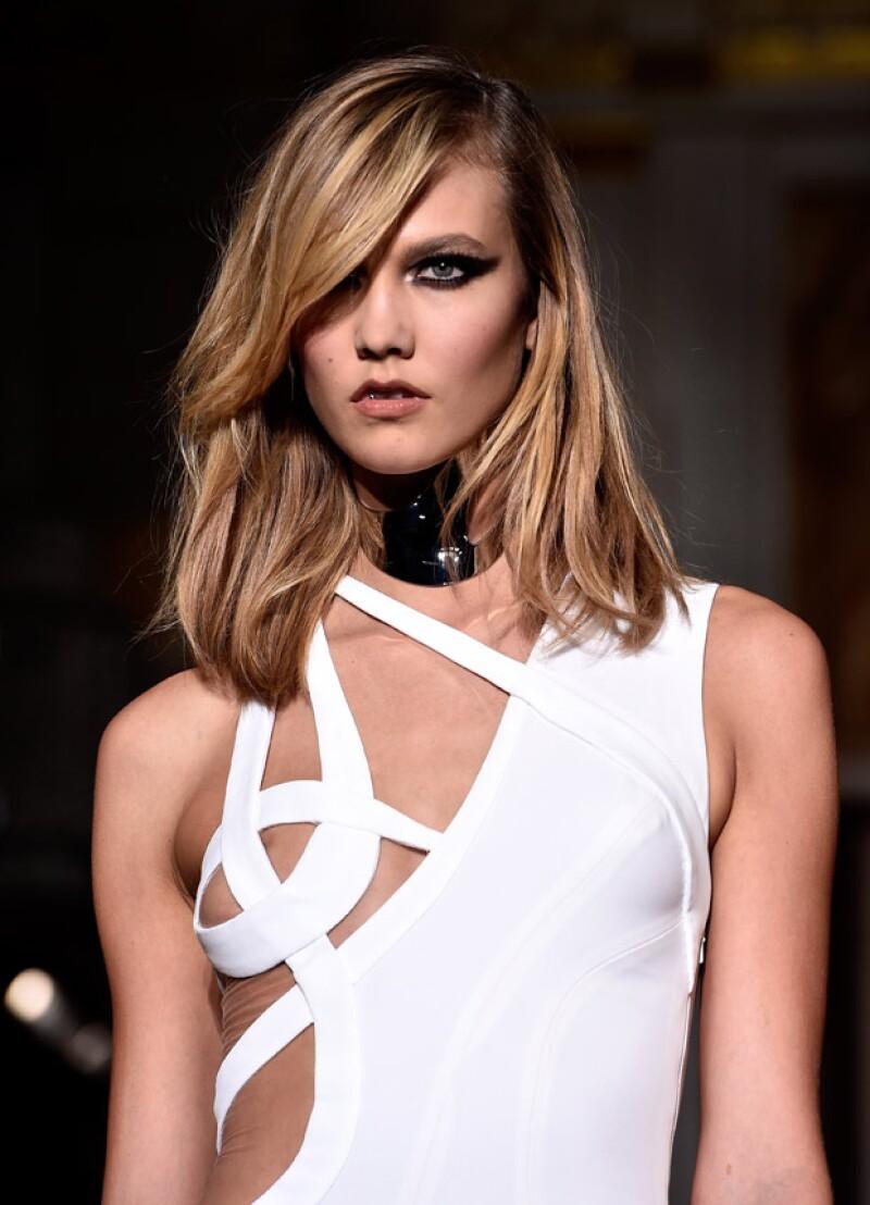 """La modelo estuvo a punto de protagonizar un """"nip slip"""" en la pasarela que se llevó a cabo en París."""