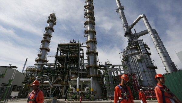Los bajos precios del petróleo, la mayor competencia en el sector y el cambio de directiva han tenido que ver en la crisis de la paraestatal.