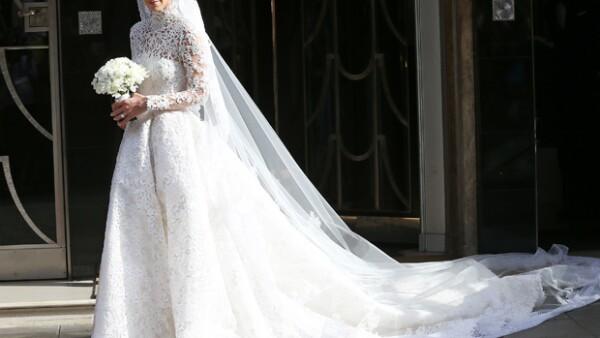 La heredera del imperio Hilton fue fotografiada al salir de un hotel para dirigirse a su boda con el empresario inglés James Rothschild, en el Palacio de Kensington.