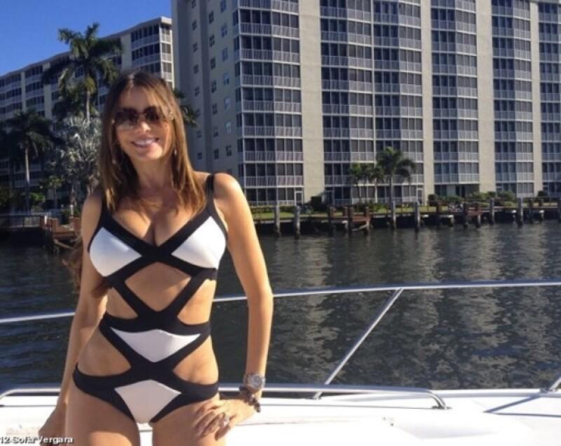 La actriz de 40 años compartió en su Twitter una foto de ella en un sexy traje de baño, claramente la colombiana luce espectacular.