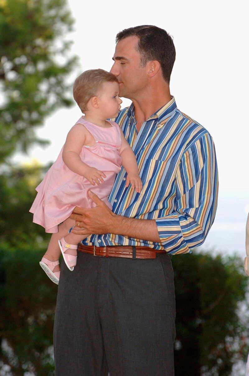 El rey siempre se ha distinguido por ser un papá que no duda expresar el cariño ahacia sus hijas en público.