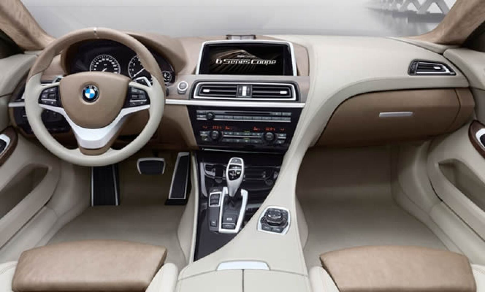 Está equipado con un pantalla desde la cual se pueden manejar GPS, calefacción y tracción del vehículo. El sonido de alta fidelidad de la empresa danesa Bang & Olufsen genera en el habitáculo una gran sensación acústica.