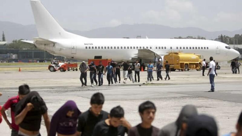 Decenas de menores inmigrantes llegan al aeropuerto de Guatemala luego de ser deportados por el gobierno estadounidense