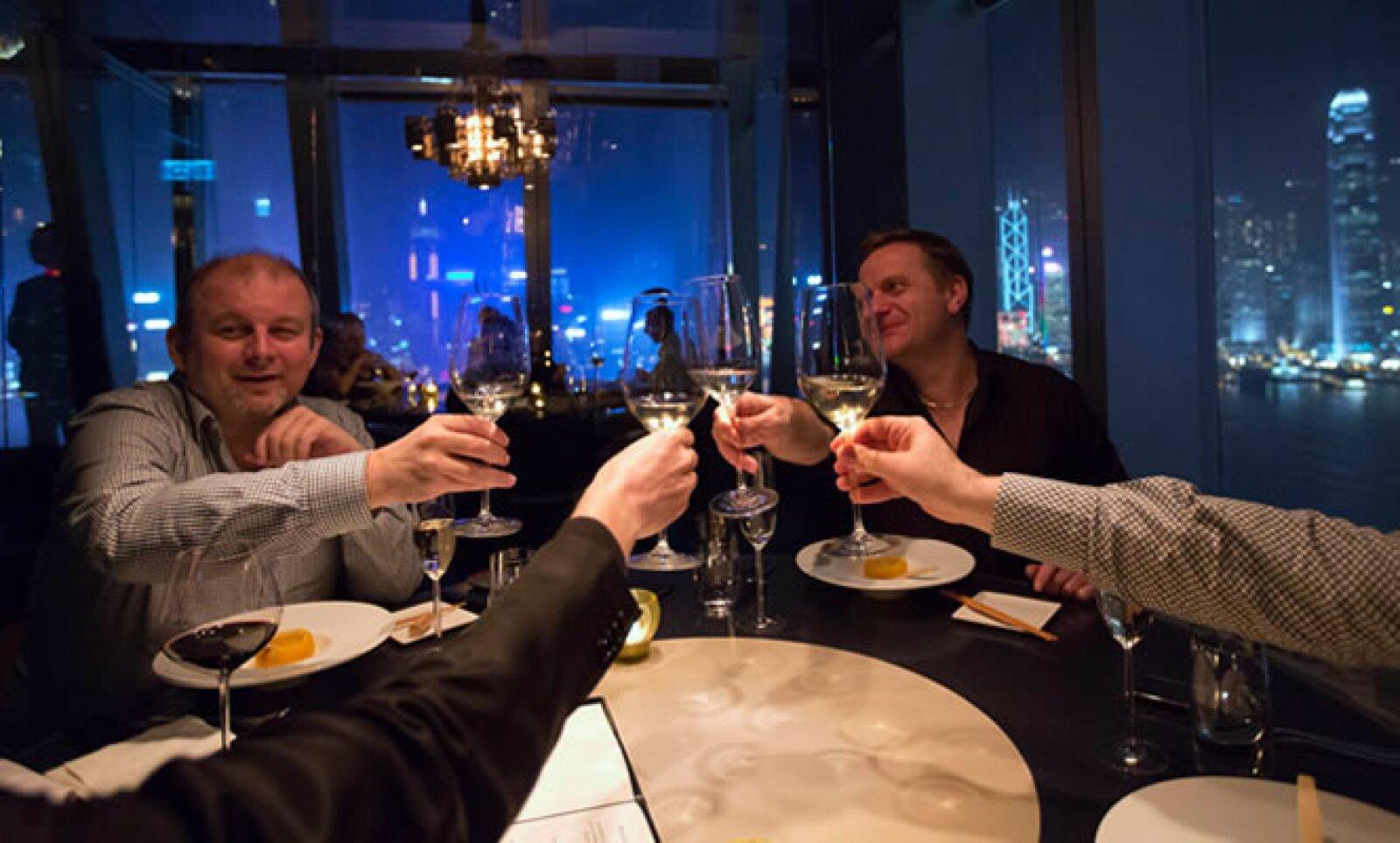 En Hong Kong, algunos celebraron con una cena de lujo que cotaba 272 dólares por persona.