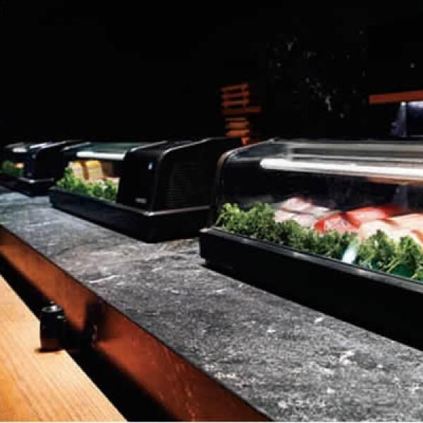 El arquitecto, Rojkind y la cabeza del Tori Tori, el doctor Kumoto consiguieron crear una rica experiencia sensorial de la tradicional comida japonesa con la tenue y relajante iluminación del restaurante.