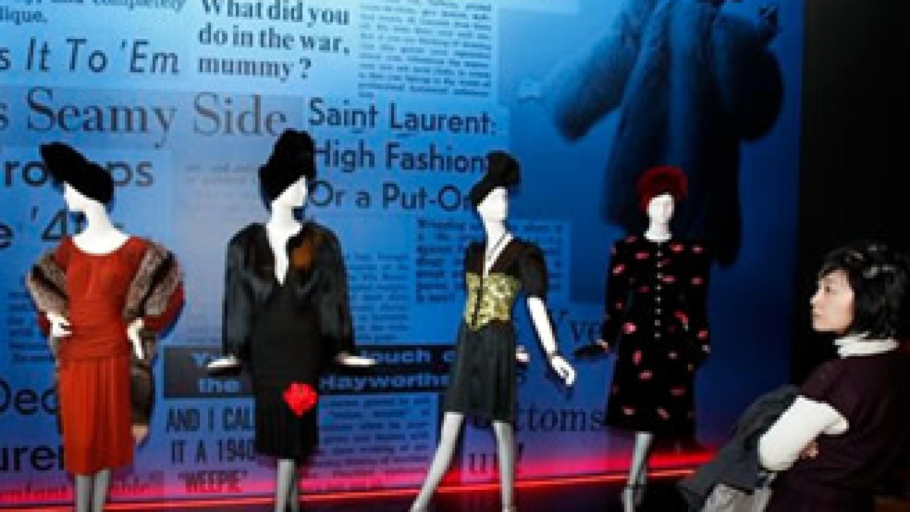 Algunos modelos originales diseñados por Yves Saint Laurent forman parte de una gran exhibición retrospectiva del creativo en París. (Foto: AP)