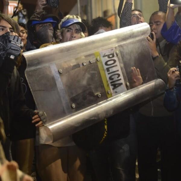 Un momento de tensión por empujones entre elementos policiacos y manifestantes