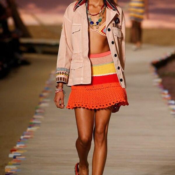Chamarra deslavada, top de bikini de crochet, falda de crochet y sandalias tipo alpargatas.