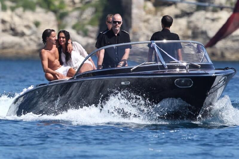 Playa, sol, arena, exclusivas bebidas, excelente música y mucha diversión son referentes de la celebración por el enlace matrimonial de la heredera de la Fórmula 1 con Jay Rutland.