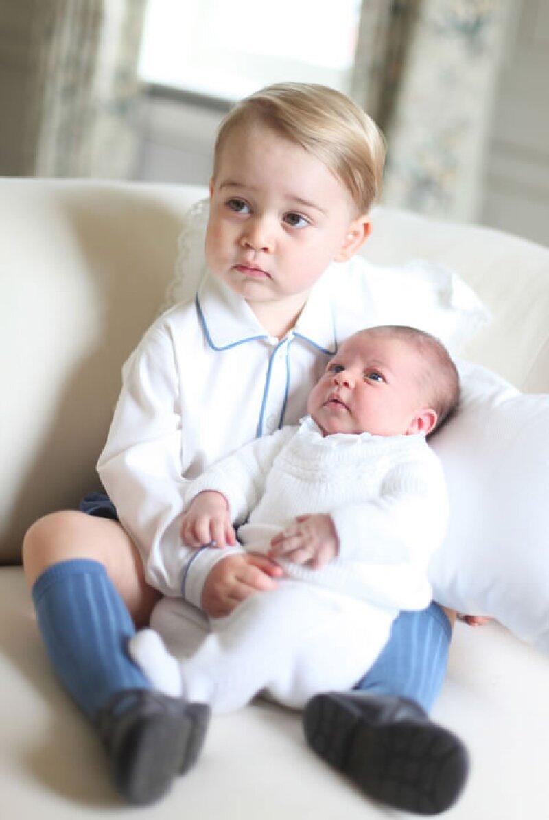 Kate Middleton presentó oficialmente a Charlotte, su segunda hija, en estos retratos junto al príncipe George tomados en su casa de Anmer Hall, precisamente por ella.
