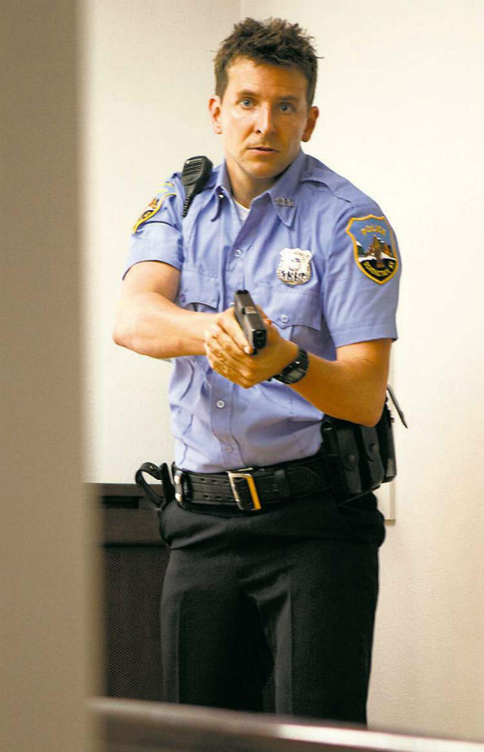 Bradley Cooper luce sexy en uniforme para la película The Place Beyond The Pinces.