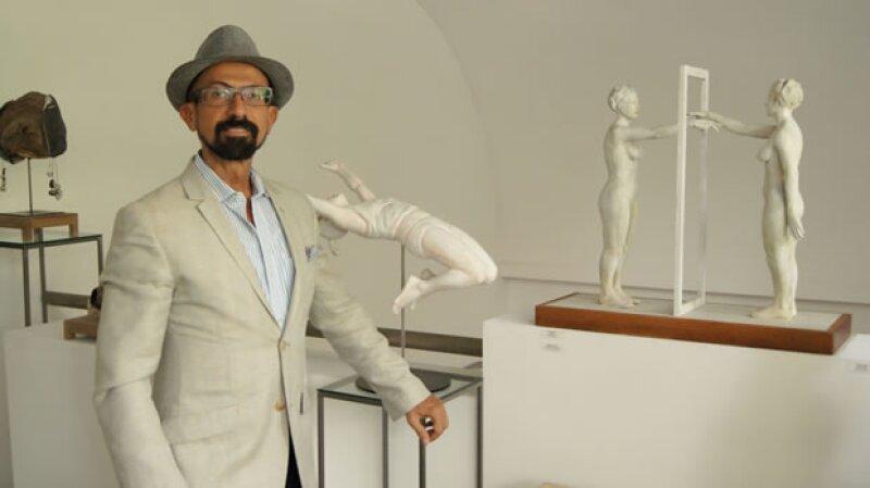Como director de la Galería que lleva su nombre, Oscar Román, se ha enfocado a lo largo de 25 años en que ésta sea reconocida por la promoción de artistas emergentes y representantes del arte moderno.
