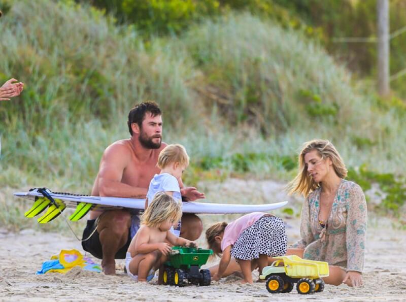 ¡Qué tierno! El actor fue captado pasando una tarde en la playa con su esposa Elsa Pataky y sus tres pequeños hijos.