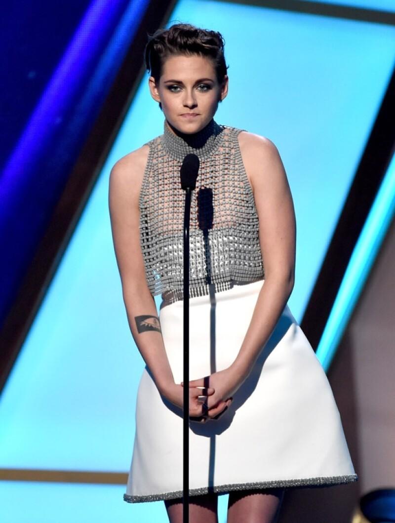 La actriz pasó por un momento incómodo cuando su vestido strapless se bajó más de la cuenta y mostró parte de su pecho.