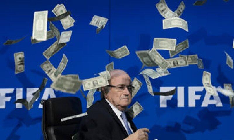 El presidente de la FIFA estaba a punto de iniciar una conferencia cuando fue interrumpido (Foto: AFP)