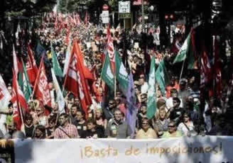 Cientos de españoles protestaron por las calles de Bilbao en oposición a las reformas al sistema laboral. (Foto: Reuters)