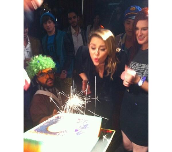 Miley recibió un pastel de cumpleaños en sus 19 con la imagen de Bob, rodeada de amigos.