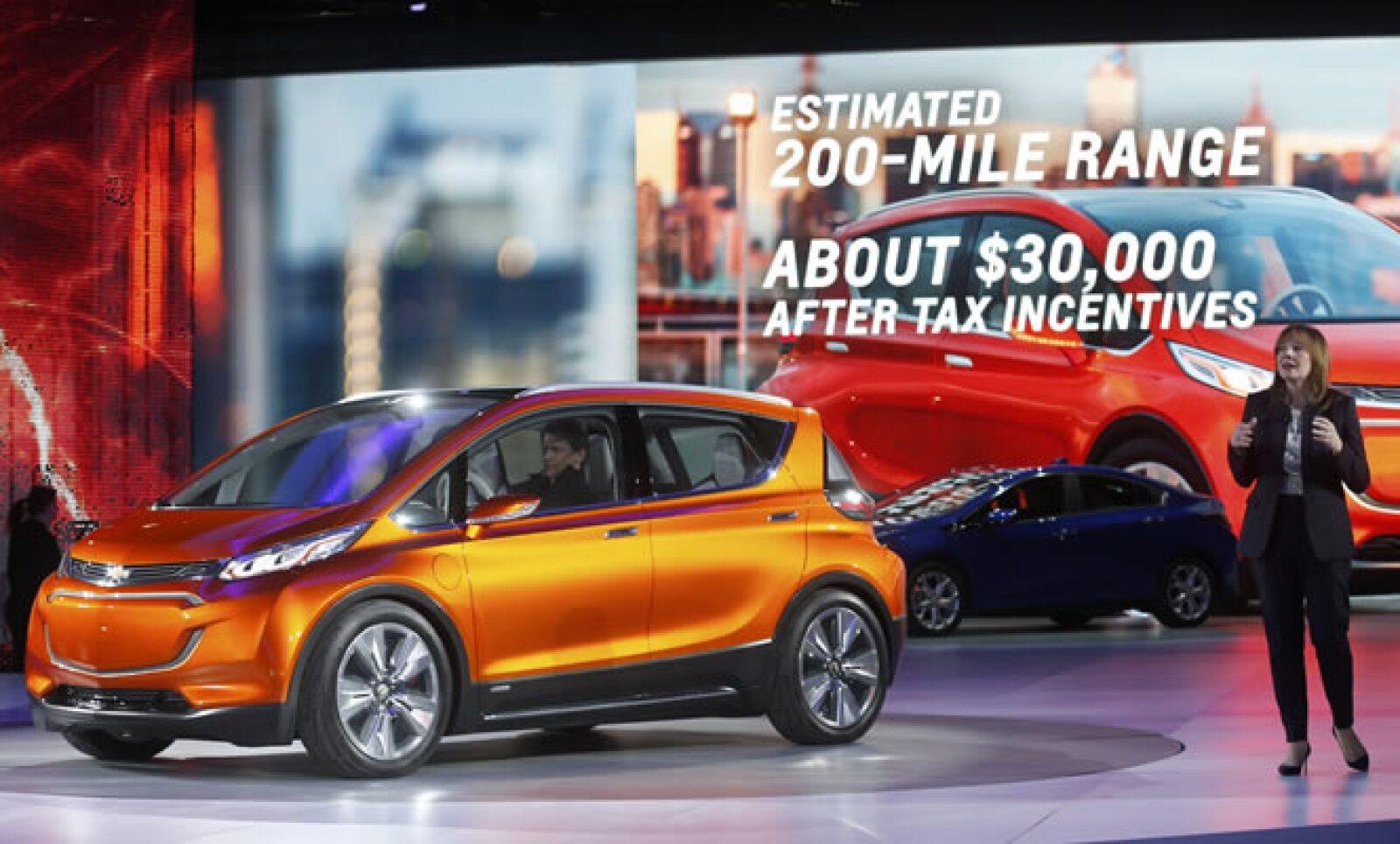 La CEO de General Motors, Mary Barra, se presenta en el primer día de prensa y al lado de este modelo eléctrico.