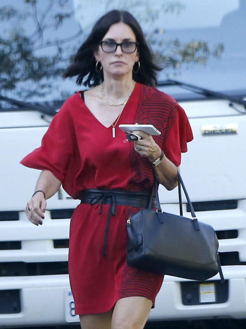 Courteney derrochó sexytud con su vestido rojo ceñido a la cintura por un cinturón.