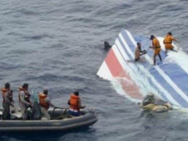 Las labores de rescate en el océano Atlántico, donde se cree que cayó el avión, se han intensificado. (Foto: Reuters)