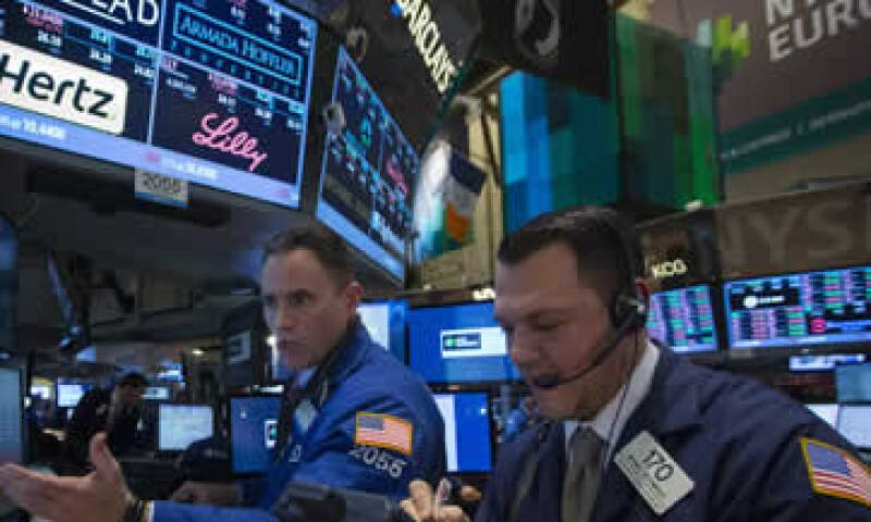 Los principales índices de Wall Street registraron este lunes pérdidas mayores al 2%. (Foto: Reuters)