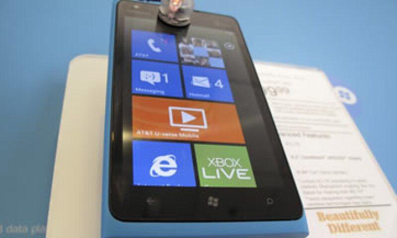El Lumia 900 es el tercer teléfono de Nokia que funciona con Windows desde que el año pasado abandonara su propio sistema. (Foto: Reuters)
