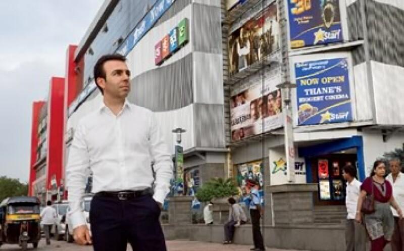 Alejandro Ramírez, director de Cinépolis, posa frente a las salas de Cinema Star, uno de sus cines ubicado en Mumbai, India. (Foto: Duilio Rodríguez)