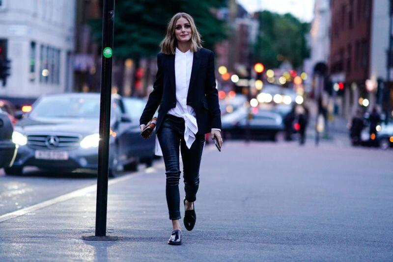 Olivia Palermo camisa blanca + pantalones de piel