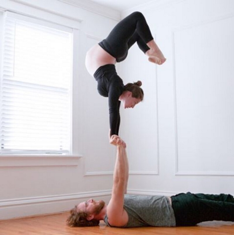Para mantener no solo el equilibrio físico, sino mental, Lizzy Tomber optó por realizar junto con su esposo yoga combinada con acrobacias. ¿Te imaginas?