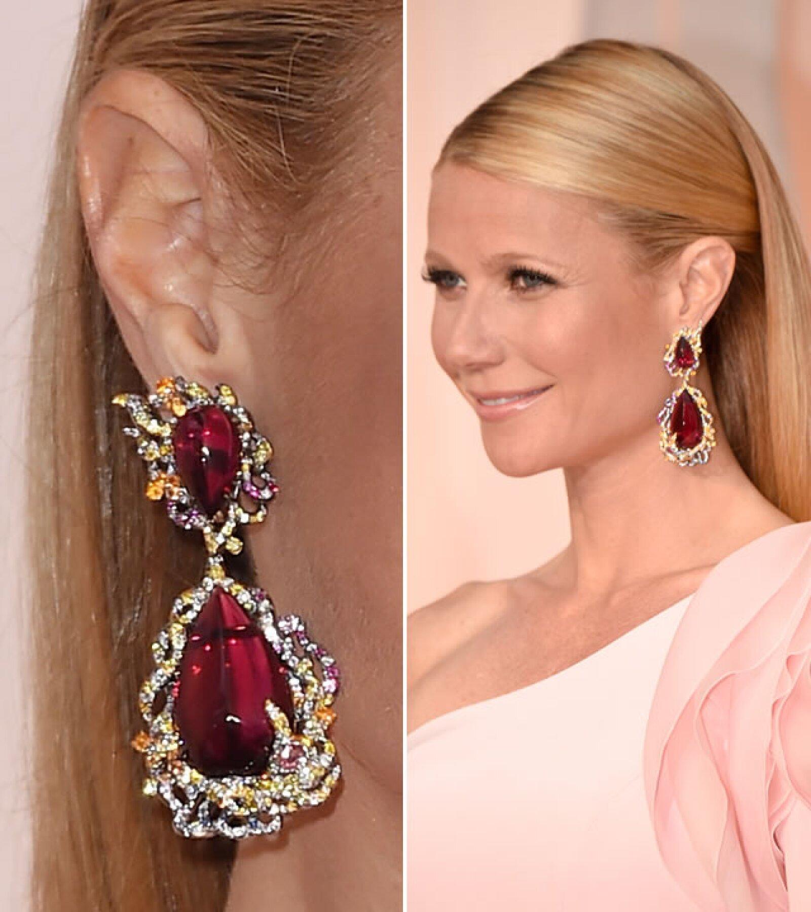 Gwyneth Paltrow usó aretes Fire Phoenix en oro blanco con rubelitas, diamantes en blanco y amarillo, zafiros azules, rosas y morados, y el anillo Pétales dAmour, ambos de Anna Hu.